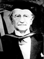 """Jan Lukasiewicz (1878 - 1956) è noto in tutto il mondo come uno dei più insigni logici del novecento. Ha introdotto la """"Notazione inversa polacca"""", che consente di scrivere le espressioni in maniera non ambigua senza fare uso di parentesi."""