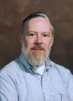 Dennis M. Ritchie (1941 - 2011). Quando molti di noi ancora stavano imparando a camminare, lui insieme con Brian Kernighan sviluppava il C language, il linguaggio di programmazione più diffuso. Non è necessario sottolineare l'importanza di questo contributo all'umanità. Ma per lui non era abbastanza: insieme con Ken Thompson ha creato il sistema operativo UNIX. IL Sistema Operativo. Sì, ha creato UNIX!
